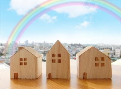 福岡市でマンション・戸建の不動産売却についてお困りの方へ - あなたの家に虹を架ける福岡市の【未来テラス】-。つみきの家が3つあり虹がかかっている画像